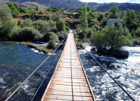 Aleje puente colgante sobre el Esla